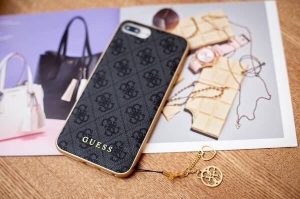 Etui iPhone XR z zawieszką Guess 4G Charms Collection